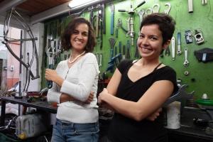 Mecánicas del taller comunitario Rila Libre, en Casa Ciclista GDL